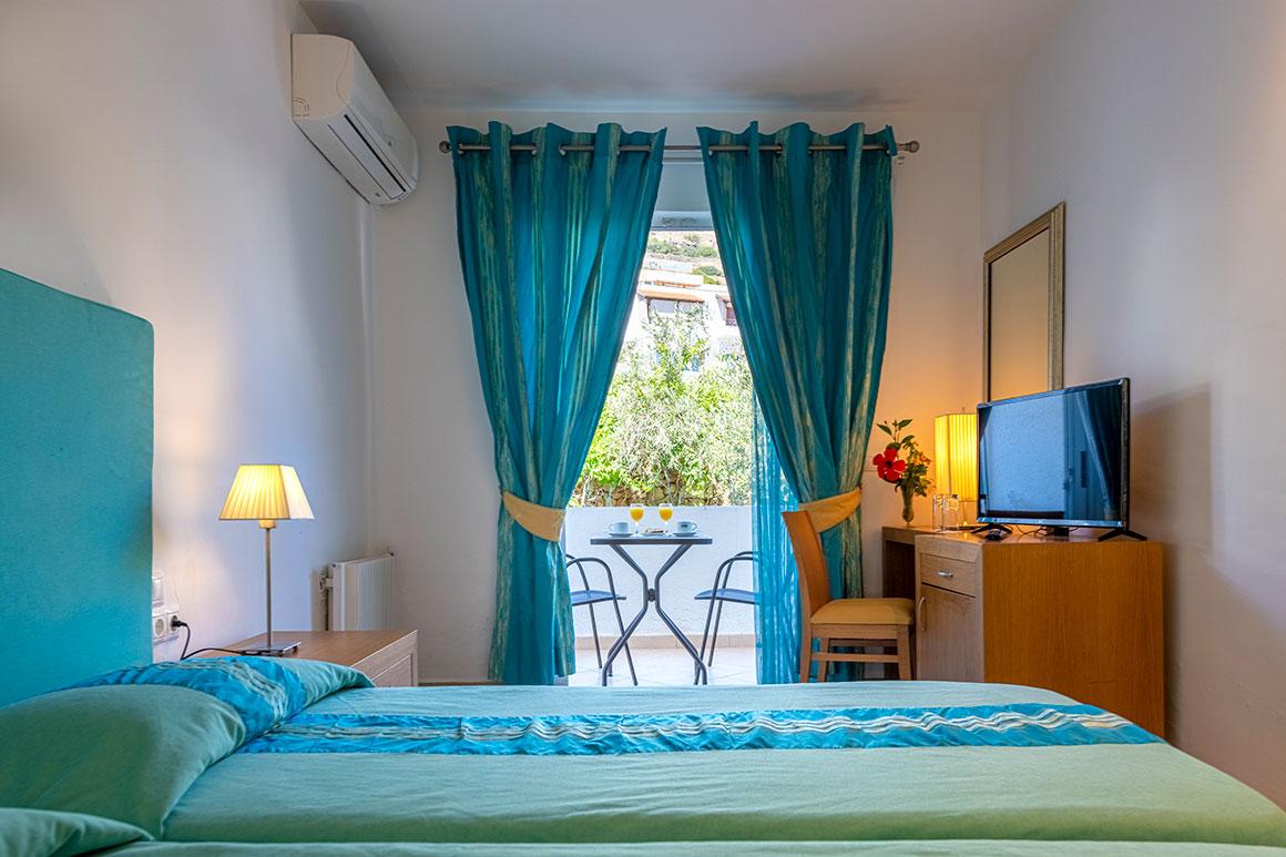 Chambre double avec balcon donnant sur le monastère