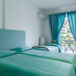 Üçüncü yataklı, balkonlu ve dağ manzaralı çift kişilik oda