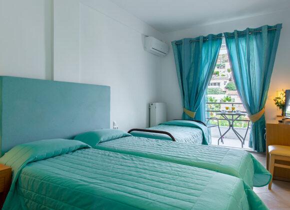 Camera doppia con terzo letto con balcone e vista monti